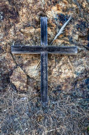 Houten kruis & rotswand Stockfoto