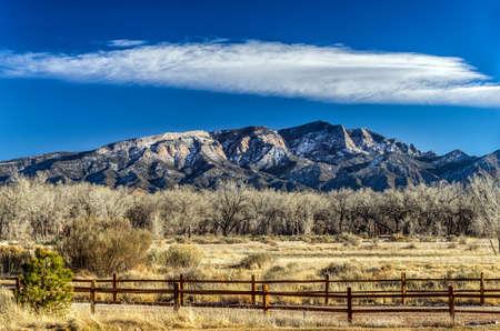 Landschap van een hek en berg in New Mexico