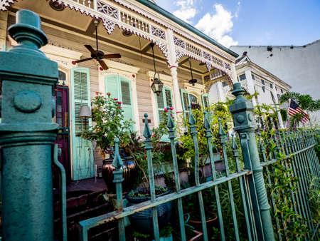 Ce sont des maisons dans le quartier français de la Nouvelle-Orléans. Beaucoup de maisons intéressantes sont situées dans le quartier français! Banque d'images - 82109373