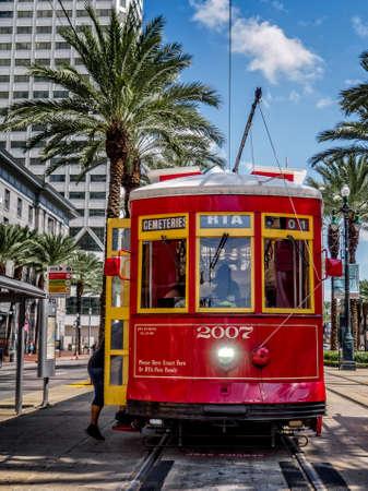 뉴 올리언즈, LA, 미국 - 2016 년 9 월 12 일 - 이것은 뉴 올리언스 RTA 스트리트 카 중 하나입니다. 이 거리 차는 Cemeteeries로갑니다.