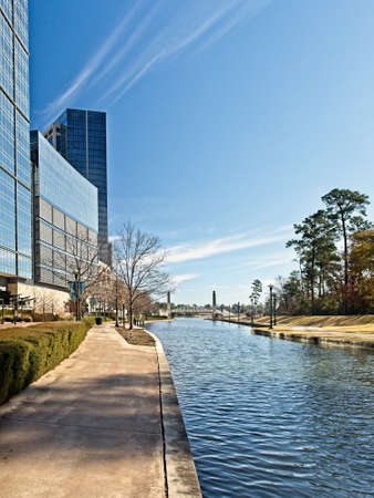 Building Reflexion Along The Waterway The Woodlands TX 5 版權商用圖片