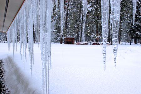 ciclos: Ciclos de hielo de un techo.  Foto de archivo
