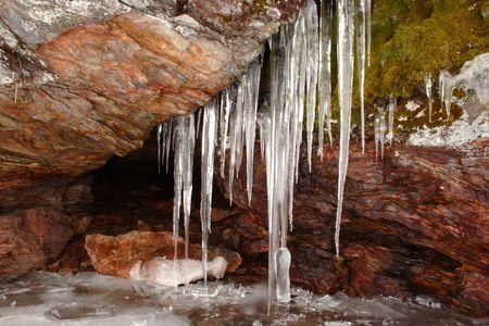 ciclos: Ciclos de hielo sobre la roca.  Foto de archivo