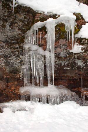 cycles: Cycles de glace sur une falaise mur.  Banque d'images