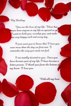 Een romantische liefdesbrief met rozenblaadjes.