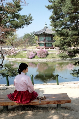 Mujer coreana en traje tradicional en el Palacio de Kyoungbok, Seúl, Corea, 16/04/2008 Foto de archivo - 6886156