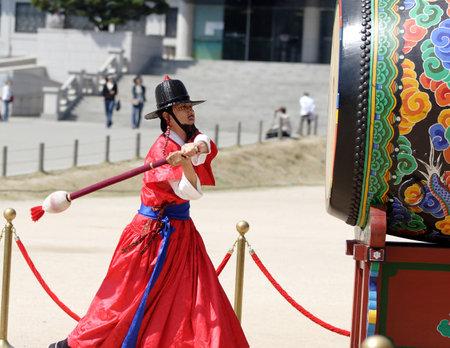 En traje tradicional coreano hombre golpea el tambor para indicar el cambio de guardia en el Palacio de Kyoungbok en Seúl, Corea. 04 de 16 de 2008  Foto de archivo - 6886161