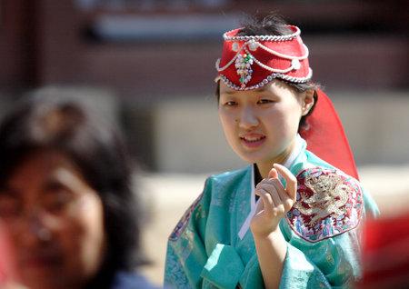 guia turistico: Gu�a de turismo de Corea ayuda a las personas en el Palacio de Kyoungbok en Se�l, Corea. 04 de 16 de 2008