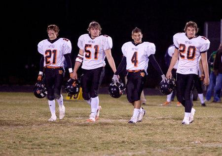 ポスト フォールズ, アイダホ州のチームのキャプテンのラスドラム、アイダホ州レイクランド チームに対してフットボールの試合でフィールド上を