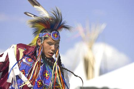 Een jonge native American in volle jurk dansen in de wed strijd op de Julyamsh Powwow in Post Falls, Idaho. 07252009