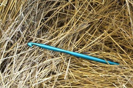 Una imagen conceptual de una gran ganchillo aguja en un pajar.  Foto de archivo - 6827484