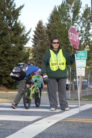 Rathdrum, Idaho. 4 De octubre de 2010. Guardia de cruce no identificados detiene el tráfico para niños que cruzar la calle en Idaho de Rathdrum el 4 de octubre de 2010.  Foto de archivo - 7959692