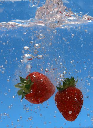 Dos fresas cayó en agua tónica burbujeante.  Foto de archivo - 7946878