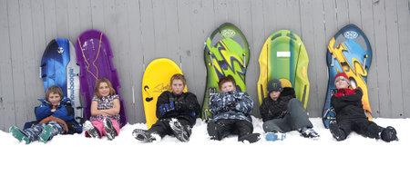 Rathdrum, Idaho. 27 De noviembre de 2010. Niños no identificados toman un descanso de trineo durante una temprana nevadas que tuvo lugar antes de acción de gracias. Foto de archivo - 8335345
