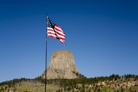 Una bandera de Estados Unidos olas cerca de la entrada del parque Devils Tower en Wyoming. Foto de archivo - 10119961