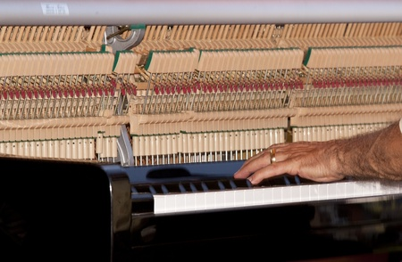 Een close up van een persoon het spelen van de piano. Stockfoto