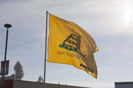 amendment: A no pise en m� la bandera es sostenida durante el rally enmienda pro segundo en Coeur d'Alene, Idaho para protestar pac�ficamente la legislaci�n de control de armas.