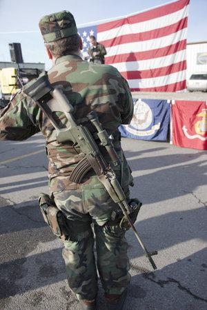 amendment: Coeur d'Alene, Idaho - 19 de enero de 2013. Una muestra americana pro est? dentro de un rifle durante el rally enmienda pro segundo en Coeur d'Alene, Idaho para protestar pac?ficamente la legislaci?n de control de armas. Editorial