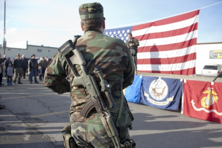 amendment: Coeur d'Alene, Idaho - 19 de enero de 2013. Una muestra americana pro est� dentro de un rifle durante el rally enmienda pro segundo en Coeur d'Alene, Idaho para protestar pac�ficamente la legislaci�n de control de armas.