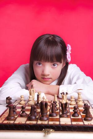 relaxes: Chica se relaja durante el ajedrez