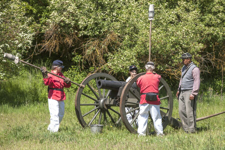 reenact: Recreadores de artiller�a de guerra civil cargan canon Medical Lake, Washington EE.UU. - 24 de mayo de 2014 La guerra civil recreaci�n de Deep Creek batalla cerca de Medical Lake, Washington el 24 de mayo 2014