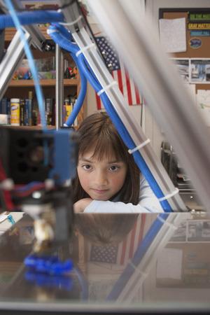 Girl watches 3D printer   Zdjęcie Seryjne