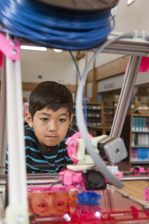 Young boy and 3D printer   Zdjęcie Seryjne
