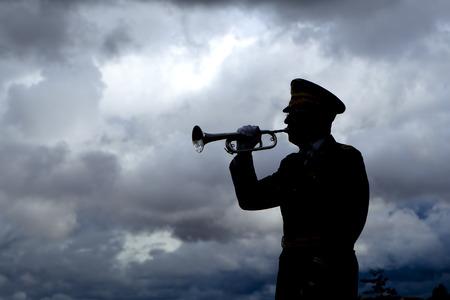 soldado: Silueta del jugador de trompeta.