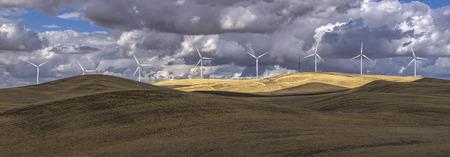 turbina: Panorama de las turbinas de viento en una granja en el este de Washington. Foto de archivo