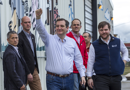 Ted Cruz greets his supporters at a campaign rally in Coeur dAlene, Idaho on March 5, 2016. 新聞圖片