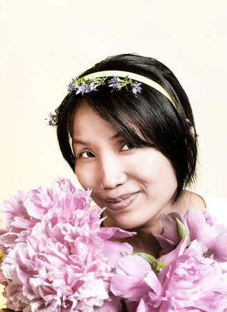 Mooie vrouw ruiken de bloemen. Stockfoto