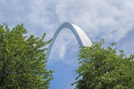 Gateway arch behind trees in St. Louis, Missouri. Stock fotó