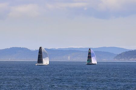 Sailboats taking advantage of a beautiful day in the waters of the San Juan islands in Washington state. 版權商用圖片