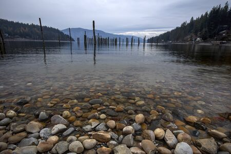 Rocks in the clear water in Pend Oreille Lake at Garfield Bay just south of Sandpoint, Idaho. Imagens