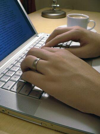 man handen te typen op een laptop