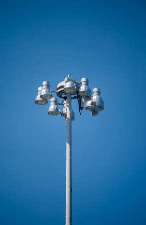 Metaalhalide straatverlichting op blauwe hemelachtergrond Stockfoto