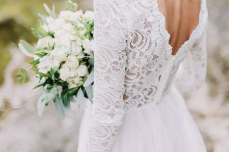 Bride holds a wedding bouquet, wedding dress, wedding details. Wedding photo Imagens