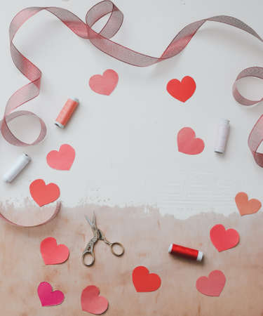爱情背景与纸心和红丝带。白色背景上的文字空间。情人节的概念。问候。副本的空间。平躺,俯视图