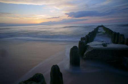 breakwater: rompeolas de madera, el B�ltico, Polonia Foto de archivo