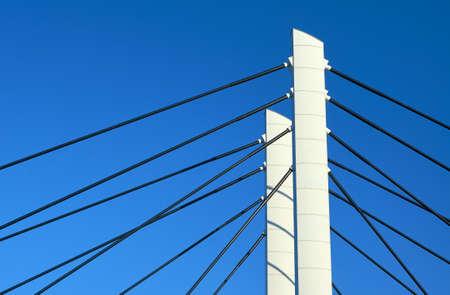 torres de alta tension: Pilones y cables de puentes atirantados de acero en Poznan Foto de archivo
