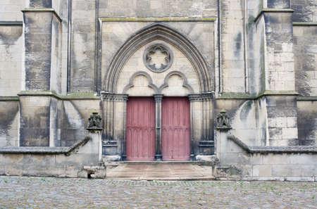 mediaval: Portal de piedra y una puerta de madera para los Troyes iglesias medievales, Francia