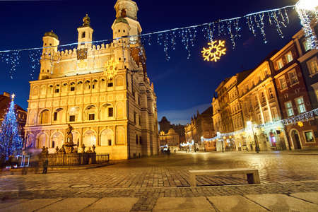 Christmas tree and facade of the Renaissance town hall building in Poznan Banque d'images