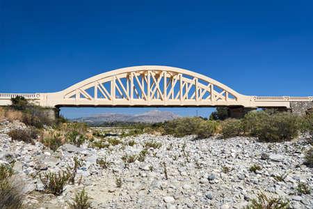 Un pont voûté routier sur une rivière asséchée sur l'île de Rhodes