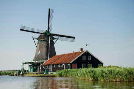 zaanse: Traditionele molen de buurt van de rivier bij Zaanse Schans, Nederland Stockfoto