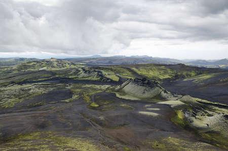 crater highlands: Colinas cubiertas con ceniza negro y musgo verde en el parque nacional Lakag�gar, Islandia Foto de archivo