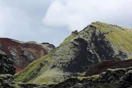 crater highlands: Colores Strangelly monta�as rojas y verdes en el �rea Lakag�gar, Islandia Foto de archivo