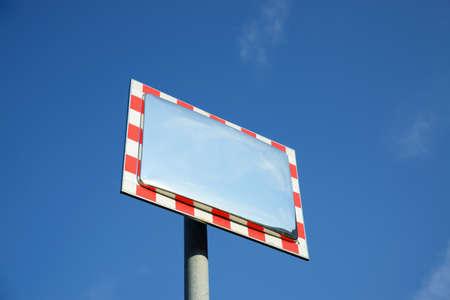 perceive: Specchio traffico di fronte al cielo blu