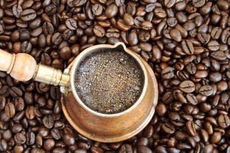 espumante: Espuma de caf� en una olla de cobre de caf� �rabe