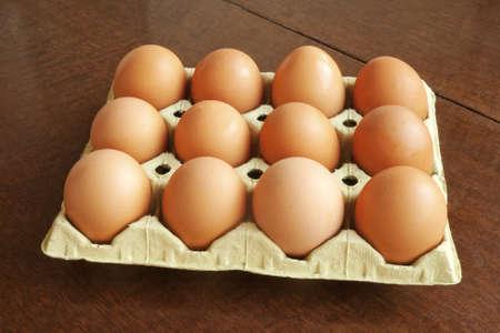 gallina con huevos: Docena de huevos frescos de gallina marr�n