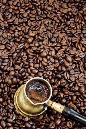 espumante: Espuma de caf� en una olla de cobre caf� �rabe sobre los granos de caf�
